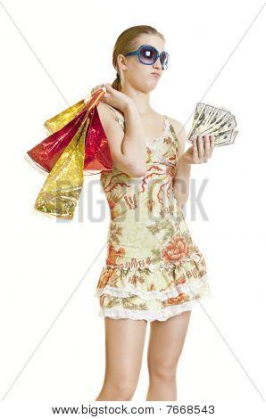 Menina compras correndo curto no dinheiro