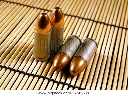 Full Metal Jacket 9 mm Pistole Aufzählungszeichen auf eine Bambusmatte