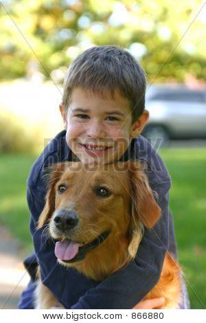Menino abraçando cão