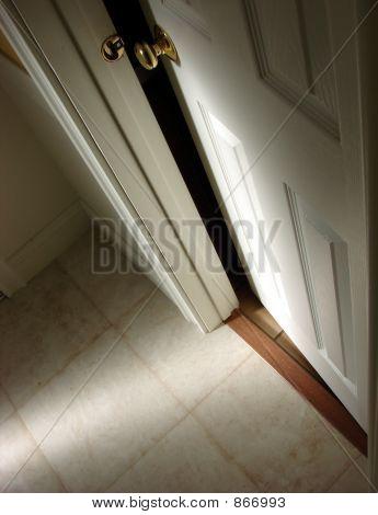 Geheimnisvolle Tür leicht offen