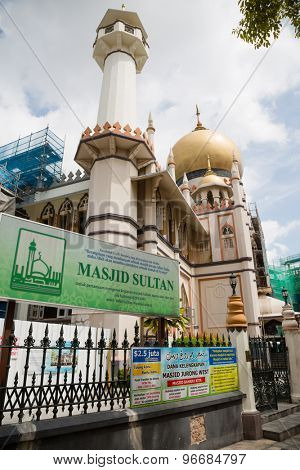 SINGAPORE - CIRCA FEBRUARY, 2015: Masjid Sultan Mosque in the Kampong Glam. The Arab Quarter is the oldest historic shopping district of Singapore, is very popular for visits by foreign tourists.