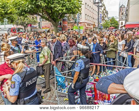 People At The Security Check  For The Visit Of Queen Elizabeth Ii In Frankfurt