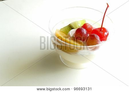 Vanilla Pudding Mousse Topping With Fruit