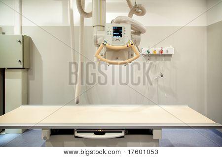 Ein leeres Röntgen-Raum mit einem Röntgengerät und Tabelle