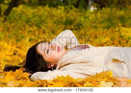 Junge hübsche Frau am Herbst Blatt