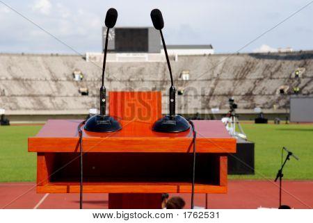 Atril y micrófonos en el escenario en el estadio