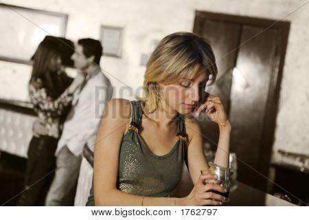 Mädchen allein in einem pub