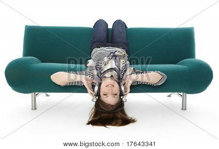 Mujer escuchando música headlong