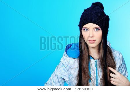 Adolescente feliz chica sobre fondo azul.