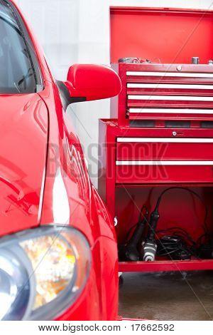 Rotes Auto in Auto-Werkstatt. Reparatur.