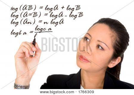 Asian Girl resolver una fórmula matemática