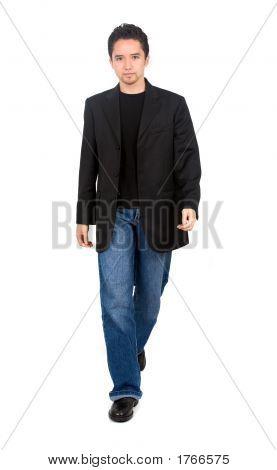 Homem andando para a frente