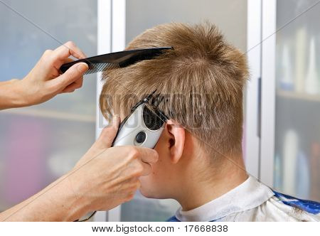 Man's hairstyle by means of the special machine for a hairstyle