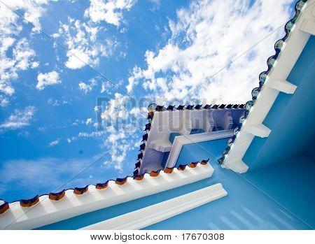 casa azul contra el cielo azul
