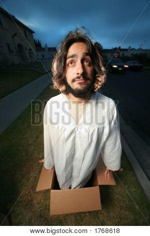 Hombre divertido como Jesús que sale de la caja.