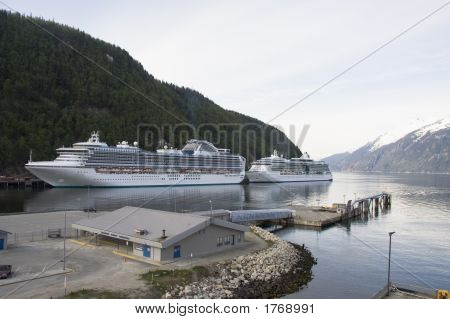 Wo Cruise Ships Docked  In Skagway Alaska