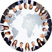 Постер, плакат: Группа людей вокруг карта мира