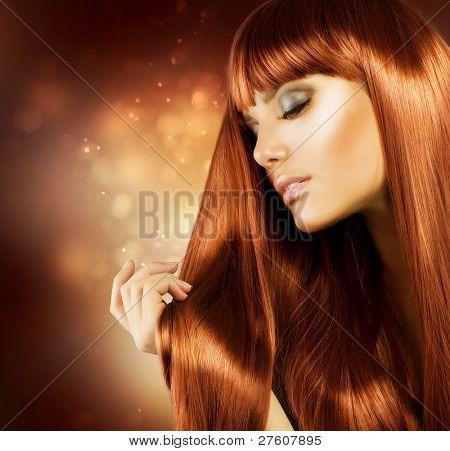 schöne Frau mit langem Haar gesund