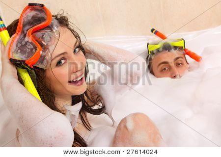 Una hermosa joven pareja está disfrutando de un baño en la máscara con snorkel