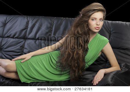 elegante Mädchen in grünen Kleid