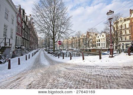 Amsterdam schneebedeckt im Winter in den Niederlanden