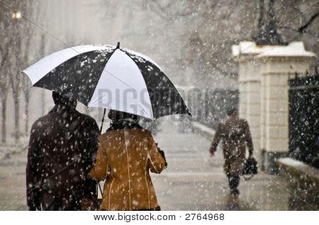 Paar führt einen romantischen Spaziergang im Schnee