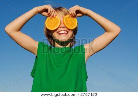 Niño sonriente feliz jugando con frutas