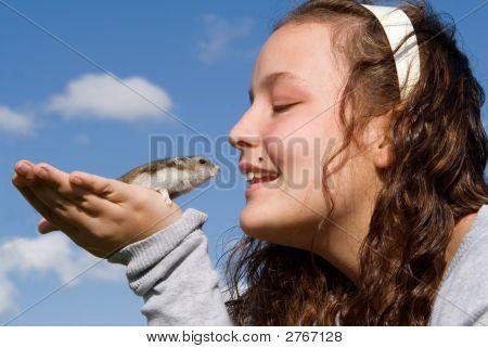 Niño feliz sonriente con Hamster mascota