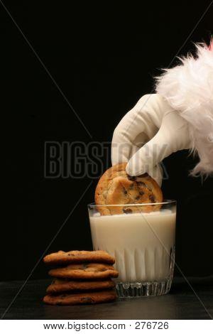 Santa mergulha um Cookie no leite