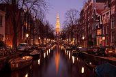 Постер, плакат: Zuiderkerk в Амстердаме Нидерланды в сумерках