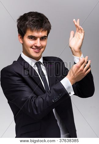 Mann passt seine Manschettenknöpfe