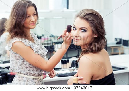 MUA Applying Powder