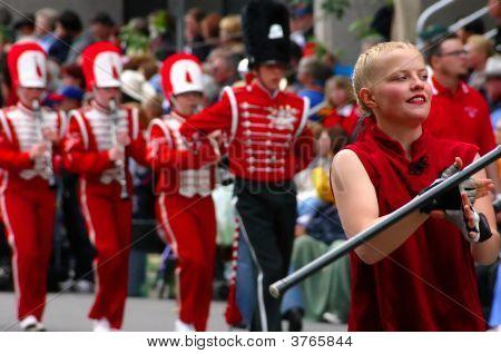 Tambor a Majorette líder de banda en uniformes rojos