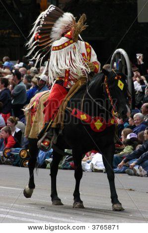 Llanuras de cacique a caballo