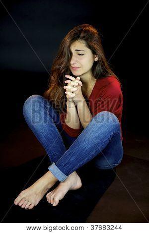 Mulher triste desesperada, orando pela ajuda