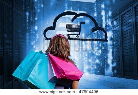 Mujer en un centro de datos sosteniendo bolsas y mirando un dibujo con un carrito de compras en una cl