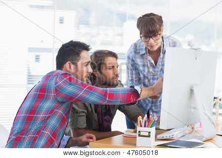 Team von Designern, die zusammen an einem Computer arbeiten