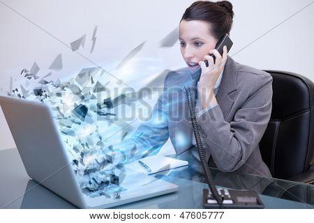 Laptop eine Unternehmerin, die explodieren, während sie am Telefon ist