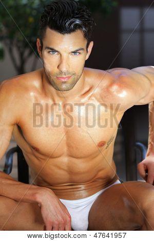 Retrato de verão ao ar livre de modelo masculino sexy e relaxante na cueca