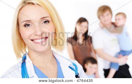 Ärztin und junge Familie mit zwei Kindern