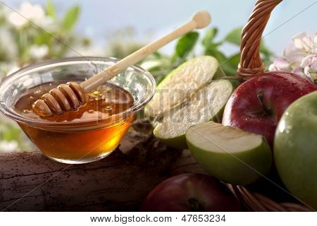 honey with fresh organic apples