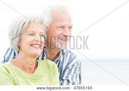 Porträt von einem happy senior Couple vor bewölkten Himmel