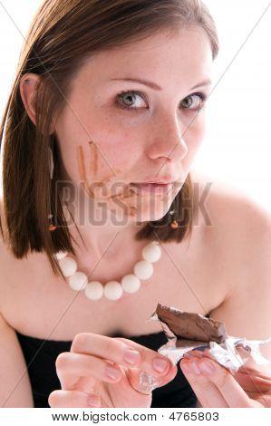 Mulher comendo uma barra de Chocolate