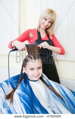 Niña, consiguiendo su nuevo corte de pelo