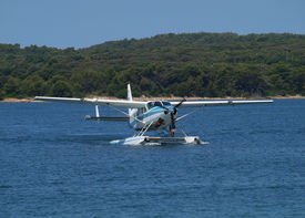 picture of float-plane  - sea plane landing on water surface  - JPG