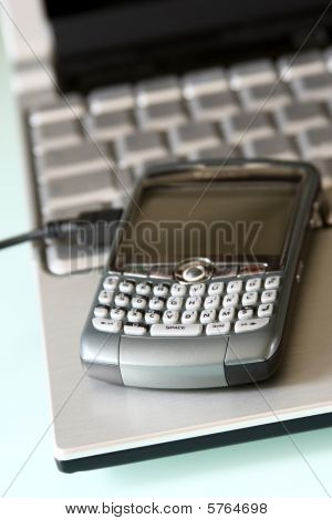 oficina móvil: teléfono inteligente sobre un ordenador portátil