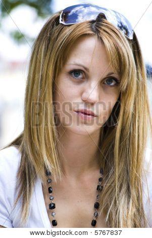 Retrato de mujer joven hermosa