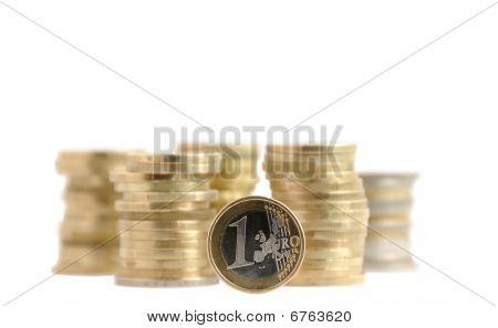 Moedas em pilhas de dinheiro (isolado)