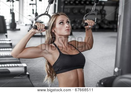 Blonde Bodybuilder Pulldown Practice