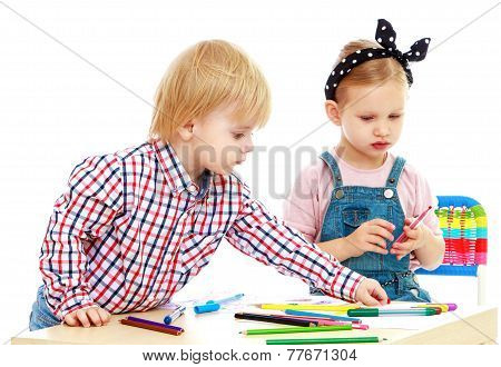 boy and girl draws felt-tip pens